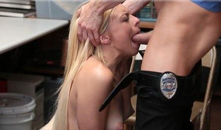 Начальник службы охраны трахает в подсобке магазинную воровку большим членом