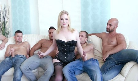 Парни развлекают мордастенькую блондиночку двойным проникновением в оргии