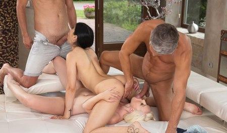 Зачетные брюнетка с блондинкой занимаются оралом в 69 перед групповухой с парнями