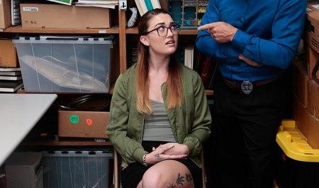 Очкастая магазинная воровка отдается начальнику службы охраны по негласному договору