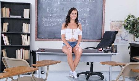 Брюнетка соблазняет на секс преподавателя колледжа вместо математики