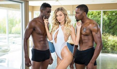 Два африканских парня с крепкими членами шпилят шикарную блондинку в групповухе