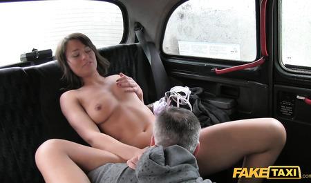 Худая студентка согрелась сексом с водителем маршрутного такси в салоне