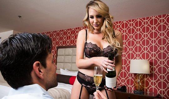Секс молодого человека с красивой девушкой-блондинкой из эскорта