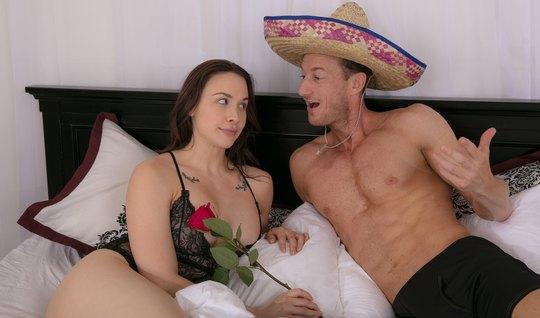 Парень соблазняет зрелую соседку на горячий секс с помощью цветов