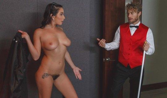 Кудрявый уговорил деваху из Лас-Вегаса на секс в кинотеатре