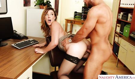 Секретарша в черных чулках занимается с шефом страстным сексом