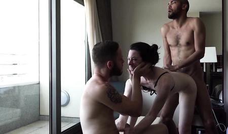 Молодая пара свингеров забавляется утренним сексом со старым...