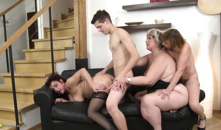 Молодой человек шарахает трех зрелых теток в групповом сексе