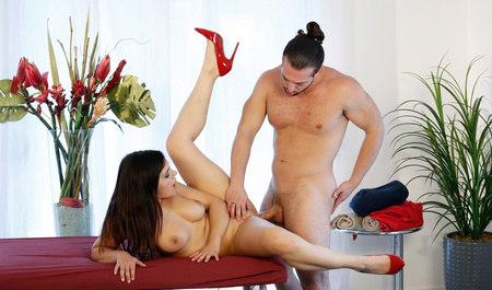 Массажистка Валентина Наппи шпилится с мужиком на рабочем месте